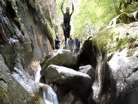 从岩石上跳下来