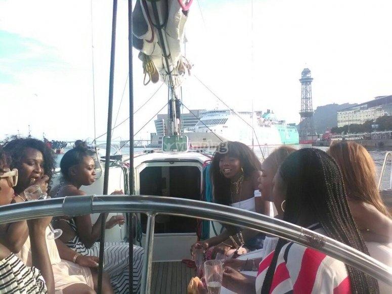 Gruppo di ragazze a bordo