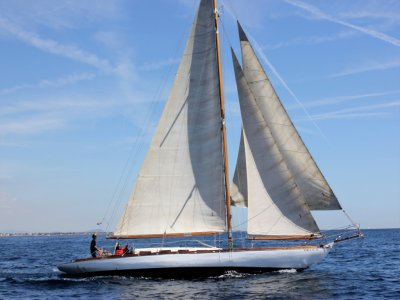 在Les Botigues de Sitges 3h的一艘帆船上航行
