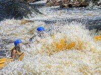Choque contra el agua haciendo rafting