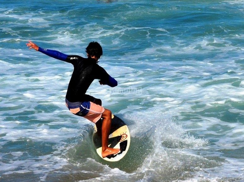 Surfeando el agua de la orilla