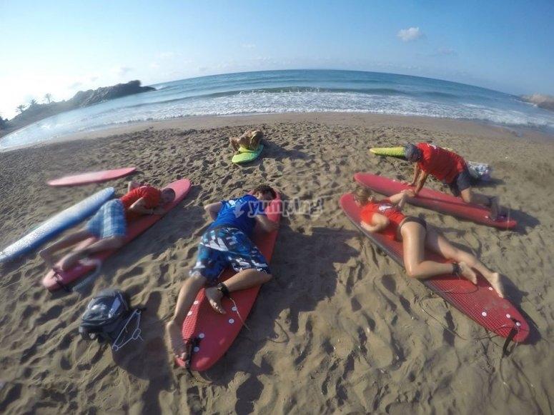 Tumbados en la clase de surf
