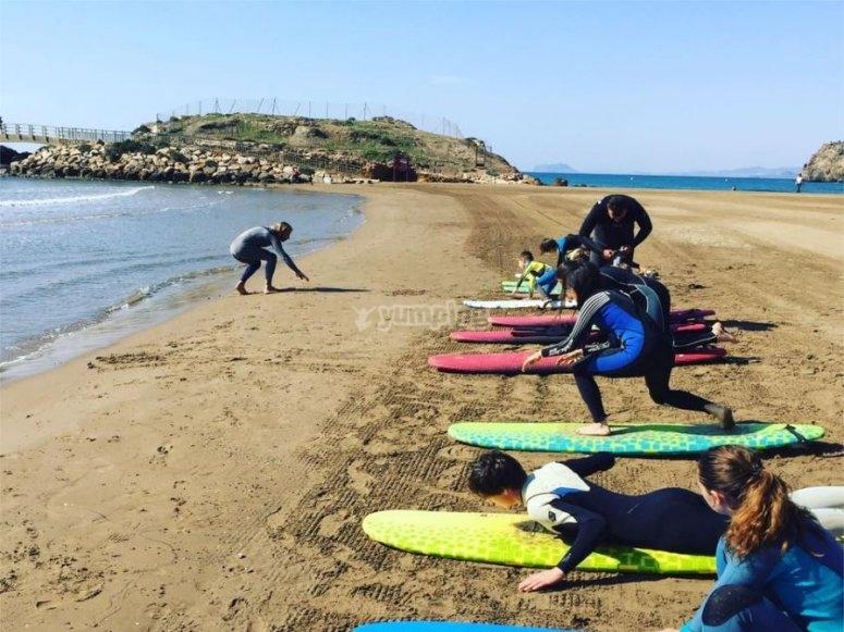 Clase de surf en la arena