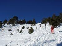 Salendo il pendio nevoso