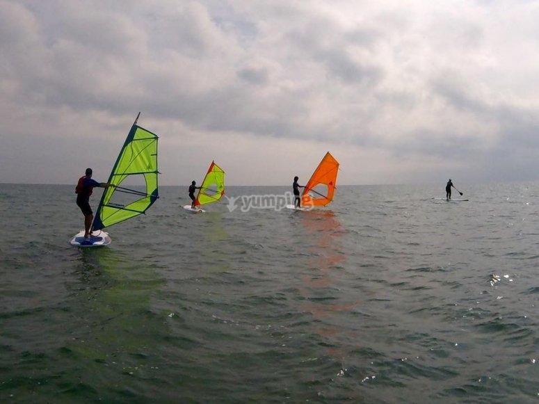 Gruppo di windsurf in acqua