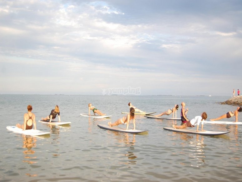 Praticare yoga nella paddle surf