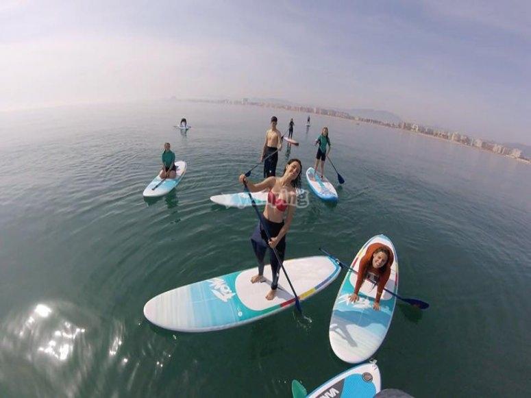 Clase de paddle surf en grupo