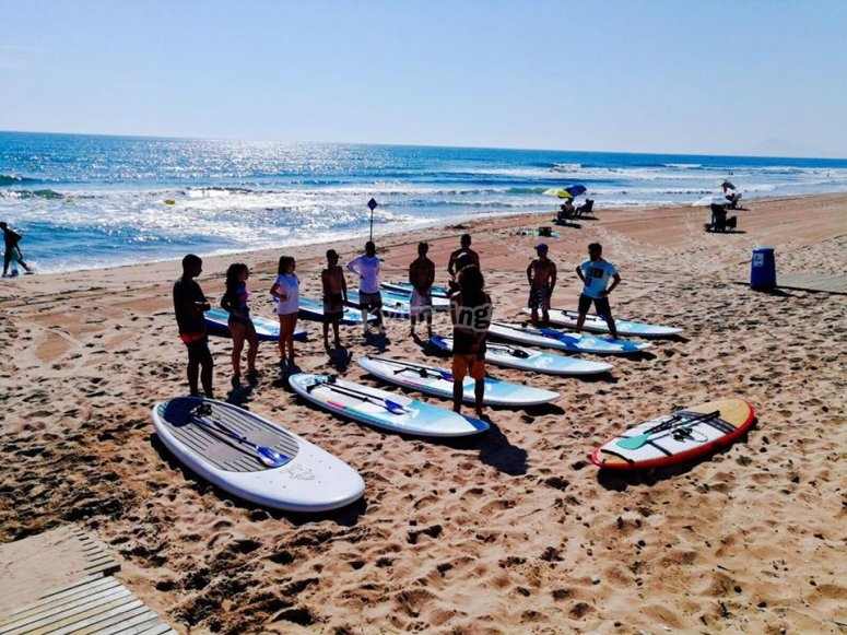 Clase previa de paddle surf en la orilla