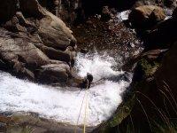 用绳子到达水