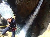 女孩在瀑布旁边敲击