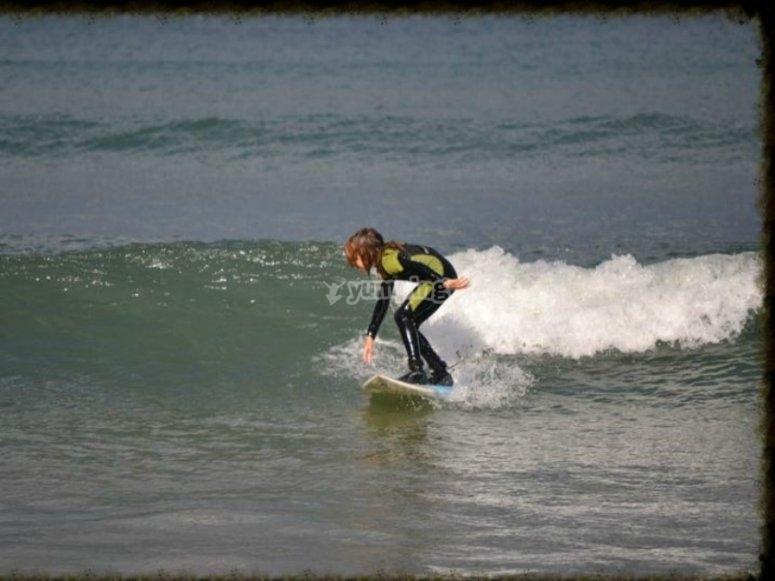 Cogiendo su primera ola