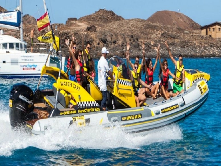 Grupo de amigos subidos a water taxi