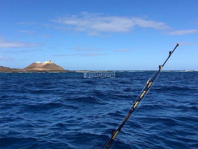 Pesca desde barco por la Isla de Lobos
