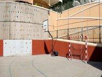 墙和一个篮球场和足球场