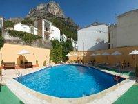 山上有一个充满水的游泳池
