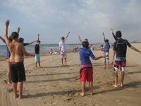 男孩们在沙滩上热身