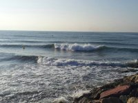 海滩与右边的小波浪和岩石