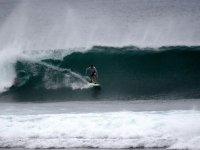 hombre surfeando en una gran ola