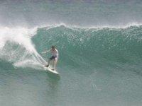 joven en el mar surfeando