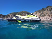 乘坐喷气式滑雪机探索海湾