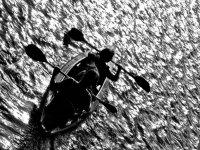 dos personas navegando en kayak