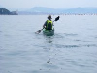 hombre navegando en alta mar en kayak