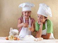 pequenos cocineros cocinando una tarta