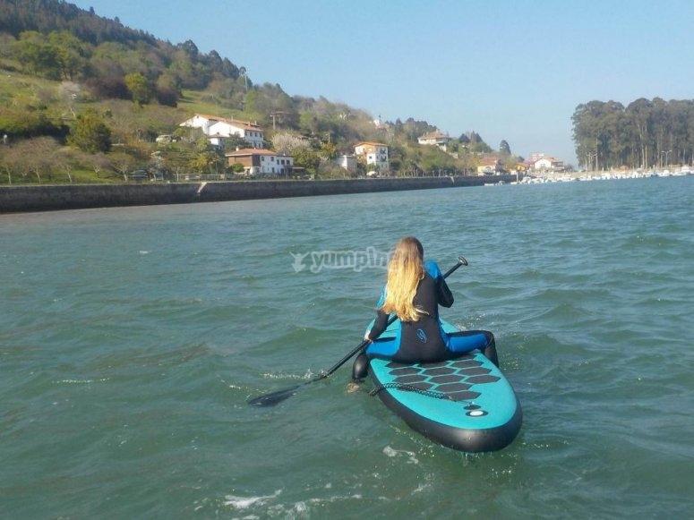 坐桨冲浪板上
