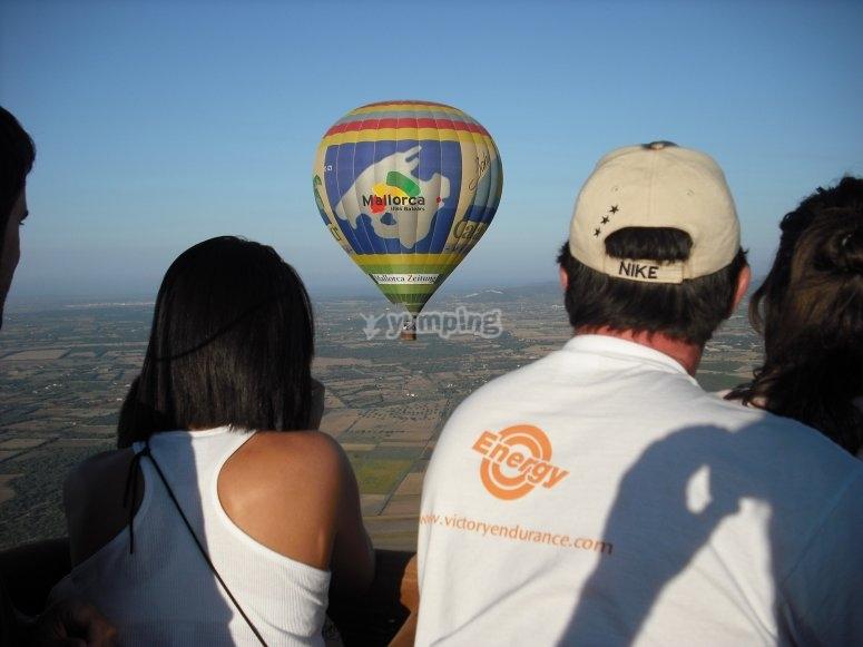 从下面观看气球中的天空