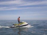 En pie sobre la moto de agua