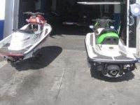 dos motos de agua en la entrada de un garaje