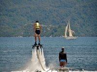 Flyboard junto a la moto de agua