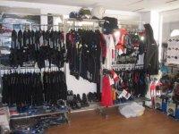 trajes de neopreno y accesorios en el interior de una tienda