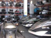 varias motos en el interior de un centro de deportes acuaticos