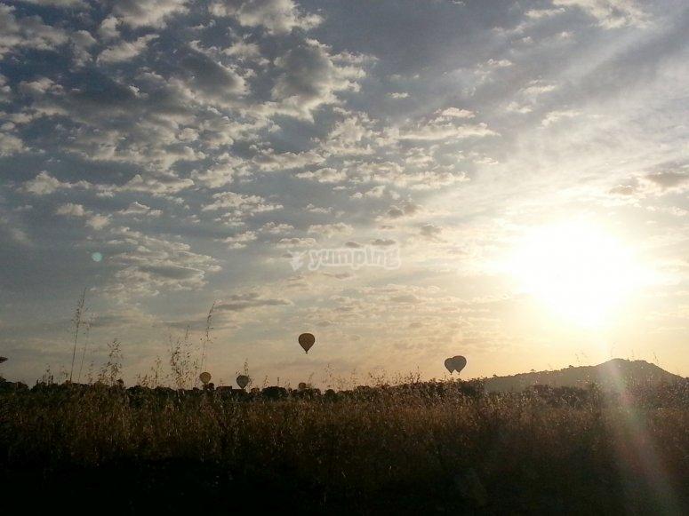 日落时乘坐气球