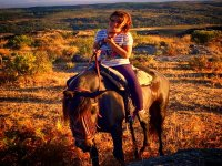 Sentada en el caballo al atardecer