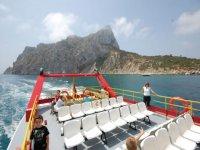 personas a bordo de un barco de turistas