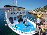 personas subiendo a bordo de un charter blanco