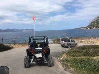 带越野车的海岸