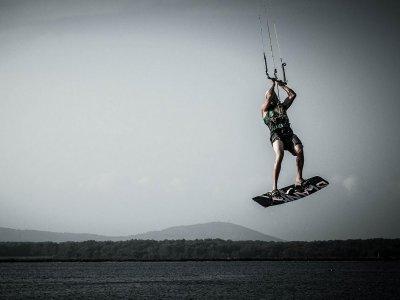 Curso de una hora de kitesurf en Costa Cabana