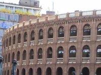 edificio circular con ventanas ovaladas