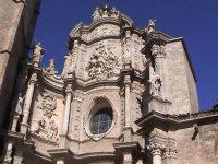 la parte superior de un monumento historico de valencia
