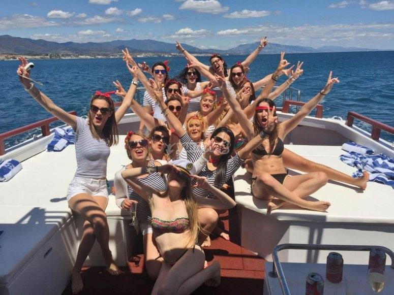 Grupo celebrando en el barco