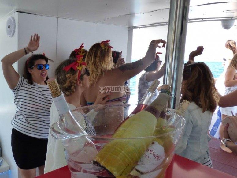 Gruppo che celebra sulla barca