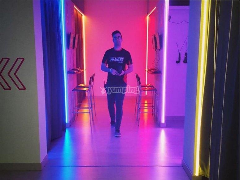Caminando por la sala principal