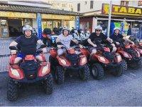 Excursión de amigos con quads