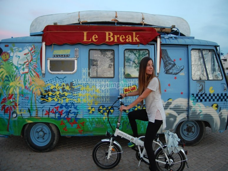 Bici électrica junto a food truck