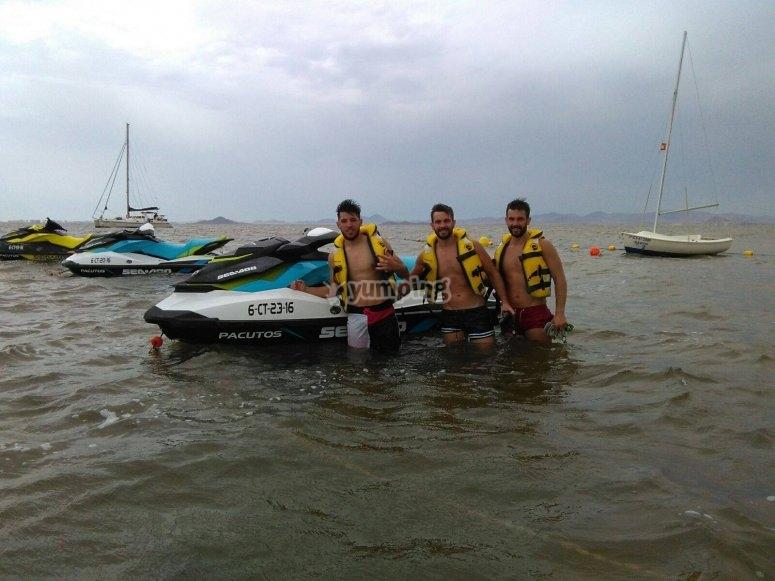 Amigos con la moto de agua