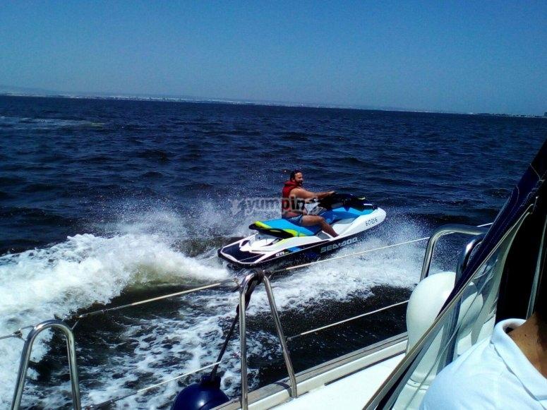 Moto acuatica junto al barco