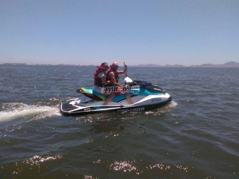 Accelerare la moto d'acqua